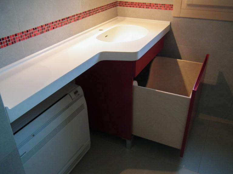 bagno moderno rosso e bianco